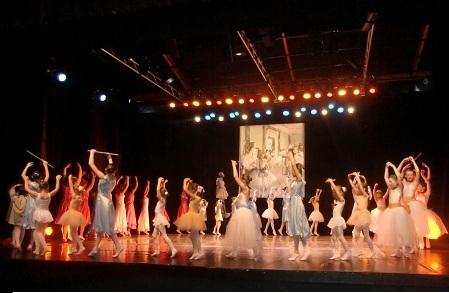 Défilé des danseuses en cercle