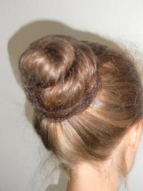 chignon de danse: élastique à cheveux ou chouchou, épingles à cheveux et barettes, filet à chignon
